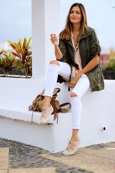 Ideas para combinar una parka. Combinar pantalones blancos. Looks con deportivas. Looks con bambas. #marilynscloset #fashion #moda #streetstyle #estilismo http://www.marilynsclosetblog.com/2017/10/nude-shirt.html  Get this look: http://lb.nu/look/8868031  More looks by Marianela Yanes: http://lb.nu/marilynscloset  #casual #chic #sporty
