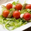 Brocheta de encurtidos y tomate