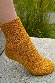 Ravelry: Year of Plenty pattern by Debbie Sullivan Ooh, I love these socks! Loom Knitting, Knitting Socks, Hand Knitting, Knitting Patterns, Knit Socks, Knitted Slippers, Knitting Machine, Vintage Knitting, Toe Up Socks