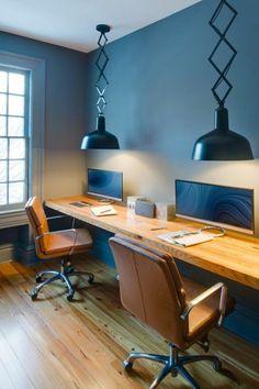 mobilier bureau contemporain, bureau suspendu en bois et chaises ergonomiques