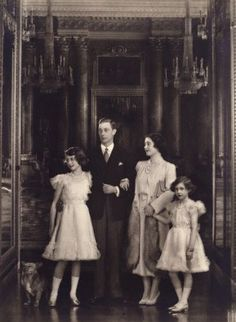 British Royal Family - King George VI, Queen Elizabeth (later The Queen Mother), Princess Elizabeth (Later Queen Elizabeth II) and Princess Margaret Princesa Margaret, Princesa Elizabeth, Prinz Philip, Prinz William, George Vi, Lady Diana, Reine Victoria, Royal Queen, Isabel Ii