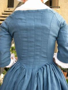 18th century round gown with en forreau pleated back. Reminds me of my peach colored Robe A l'Anglaise. And that makes me smile :)