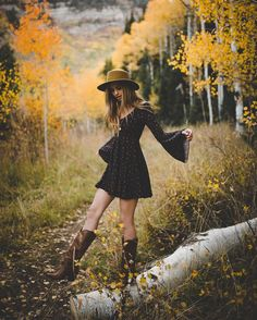 Look! More hats ! Fall Senior Pictures, Fall Pictures, Fall Photos, Senior Pics, Autumn Photography, Girl Photography Poses, Senior Photo Outfits, Book 15 Anos, Fall Portraits