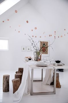 Awesome log stools via Helt enkelt Beautiful Dining Rooms, Beautiful Space, Log Furniture, Unique Furniture, Log Stools, Tree Stump Table, Deco Nature, Branch Decor, Scandinavian Interior
