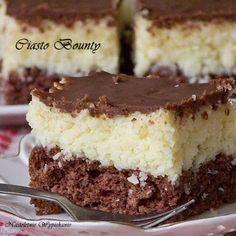 Puszysty, czekoladowy biszkopt, słodka masa kokosowa i ciemna polewa czekoladowa. Bajeczne ciasto, za które zabierałam się już od jakie...