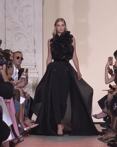 Elie Saab Look Autumn Winter Couture Collection - Gorgeous Backless Black Women's Evening Suit with Open Back and a Skirt. Runway Show by Elie Saab Style Haute Couture, Couture Mode, Haute Couture Dresses, Couture Fashion, Runway Fashion, Juicy Couture, Elie Saab Couture, Christian Dior, Vogue