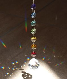 チャクラカラーサンキャッチャーのプリズムの光