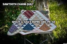 This is a baby quilt made in 1800s reproductionfabrics. The patterns is called Sawtooth charm and the pattern is inspired by a 1840s quilt. The project is from Wolff & Juuls Repro Club. Helene Juul Design 2014