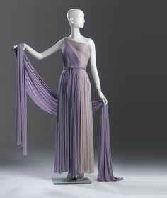 Robe de Madame Grès 1936  « Je voulais être sculpteur. Pour moi, c'est la même chose de travailler le tissu ou la pierre » disait Madame Grès  Evening dress by Madame Gres, early...
