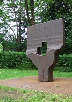 Eduardo Chillida - Museo Chillida-Leku - Homenaje a Georges Braque (1990)  acero.