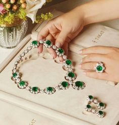 Have you have packed your daily essentials? Emerald Jewelry, Gems Jewelry, Cute Jewelry, Stone Jewelry, Diamond Jewelry, Beaded Jewelry, Jewelry Accessories, Jewelry Design, Women Jewelry