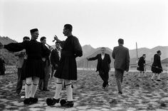 James Burke, Νοέμβριος 1959, παραδοσιακοί χοροί στην Πλατεία του Μετσόβου.