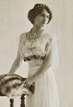 Looks surprisingly like Lady Mary Crawley...