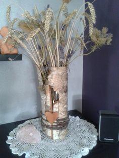 Vase mit Baumrinde mit Hilfe von Draht und Filzschnurr umwickelt.