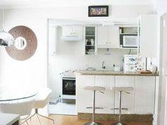 Cozinha americana de um apartamento de 45 m², projetado por Daarna Studio.
