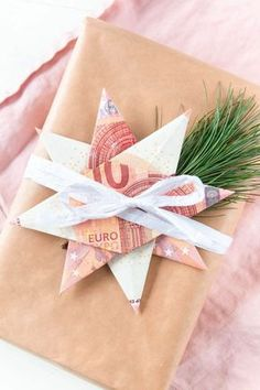 Christmas gift - Money gift for Christmas: fold banknotes as stars or angels – a great DIY gift - Diy Jewelry Unique, Diy Jewelry To Sell, Diy Jewelry Holder, Diy Jewelry Making, Homemade Jewelry, Don D'argent, Diy Cadeau, Navidad Diy, Diy Jewelry Inspiration