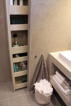 Klusvrouw Noortje bouwt een kast voor in de badkamer van Mark en Jennifer. Je ziet hem bijna niet maar er past onwijs veel in. Hier vind je de beschrijving van: de apothekerskast!