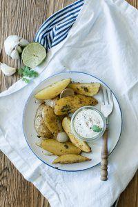 Ofenkartoffeln mit Kräutern und Limetten-Koriander-Knoblauch-Sauce