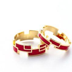 【RING RECTANGLE】 カラー CRIMSON RED ・ シルバー925にあえてゴールドカラーのメッキを。指に馴染むうちにゴールドカラーが柔らかな色合いになり、ベースのシルバーの輝きが出てきます。風合いが変わる過程も楽しんでください。 ・ サイズ Nタイプ…7・9・11号 Wタイプ…13・15・17号 ・ http://invidia.jp ・ #ring #リング#silver #シルバー#epoxy #エポキシ#color #カラー#RECTANGLE#レクタングル#invidia_jp #costumejewelry#コスチュームジュエリー#accessory#アクセサリー