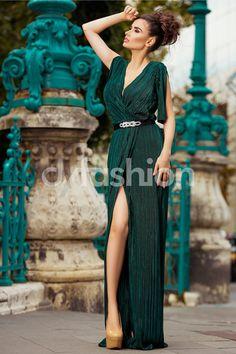 Rochie Aryan Verde de Seara Eleganta - Rochia verde Aryan este optiunea perfecta pentru un look elegant la orice petrecere! Rochia este dreapta cu decolteu in forma de V si o textura plisanta pentru a-ti evidentia rafinamentul. Manecile au crepeu lasand la vedere umerii pentru un efect seducator. Rochie verde eleganta de seara Decolteu i