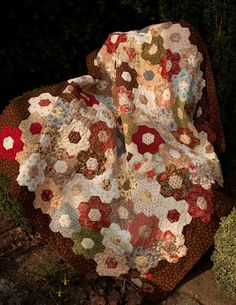 Anja's Quilt's: Bloemen quilt. Love this Hexie layout.