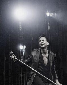 Dave Gahan (Depeche Mode) [Walking In My Shoes] Paris 2001 https://www.youtube.com/watch?v=pvV-B4JJqvM