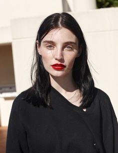 Rien de tel qu'un bouche bien rouge pour réhausser l'éclat d'un visage ! (photo Oyster Magazine)