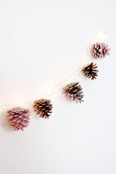 DIY Herbst Deko basteln: Herbstliche Girlande aus Kiefernzapfen selber machen. Ich liebe den Herbst, und ihr? Deshalb habe ich mir kürzlich eine super einfache und süße Herbst Deko-Idee für euch überlegt: Eine herbstliche Girlande aus Tannenzapfen! Ich bin ja eigentlich kein riesiger Fan vom Basteln mit Naturmaterialien, aber rosa und kupferfarben angesprüht gefallen mir die Tannenzapfen super gut. Außerdem schimmert das Kupfer toll auf den Zapfen, ihr könntet stattdessen natürlich auch....