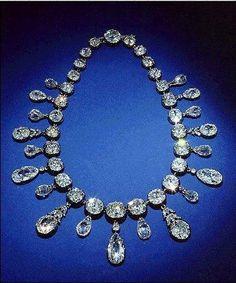 Ce collier de diamants fut offert par Napoléon à l'impératrice Marie-Louise en 1811 à l'occasion de la naissance de leur fils, le roi de Rome. Le collier partit en Autriche avec Marie-Louise en 1814. (Smithsonian Institution de Washington).
