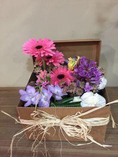 Caja de flores, Jardín de primavera, caja de 25x25 cm,tonos alegres y naturales. Flores de temporada. La caja desprende un aroma exquisito yse presenta como un detalle elegante y tierno.                    Si lo deseas puedes personalizar tuproducto     Producto PersonalizadoAtención al clienteinfo@lesflorsdenuria.comTelf. 96 001 93 03 -601 24 21 08