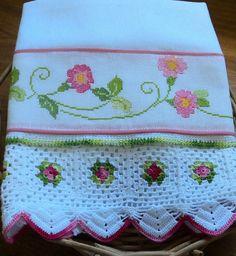 Pano de prato em tecido de sacaria, 100% algodão,bordado em ponto cruz no tecido cânhamo e barrado de crochê.