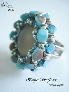 BAGUE CABOCHON LUNA SOFT GRIS TURQUOISE ET PERLES AVEC SUPPORT BAGUE REGLABLE Beaded Rings, Beaded Jewelry, Beaded Bracelets, Bead Weaving, Turquoise, Seed Beads, Free Pattern, Creations, Jewelry Making