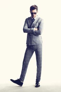 Traje con ajuste:  Lentes de sol: Thom Browne, camisa: De Fursac, corbata: Celio Club, traje: Gant y zapatos: Church's.
