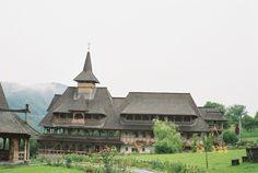 Mramures, Manastirea Barsana - construita din lemn, cu fundatie de piatra.