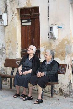 Local ladies of Crete, Greece Myconos, Crete Island, Greek Culture, Minoan, Crete Greece, People Of The World, Greek Islands, Old Women, Drawing