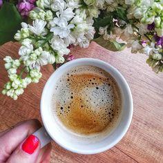 Z dziećmi trudno cokolwiek zaplanować 😉 Zamiast w pracy, siedzę w domu z moją małą istotą, która czymś się zatruła 🤢 Czemu zawsze te wszystkie choroby trafiają się, gdy są zaplanowane wyjazdy 😉 Na pocieszenie kawa wśród bzu 💜 . #coffeelover #coffeetime #bez #lilak #nails #polishgirls #polishmum #mama #kawa #czasnakawe #chorobowe #flowers #hands #instacoffee #kobiecafotoszkoła #instamama French Press, Malaga, Teak, Latte, Coffee Maker, Kitchen Appliances, Food, Pineapple, Coffee Maker Machine