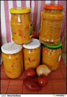 Zeleninu očistíme a nakrájíme na kolečka nebo jak jsme zvyklí, rajčata je možno oloupat, dáme do hrnce olej a vsypeme cibuli a papriky, podusíme... Meals In A Jar, Preserves, Pesto, Pickles, Cucumber, Kimchi, Frozen, Food And Drink, Cooking Recipes