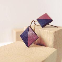 """Petits crochets d'oreilles losange cuir violet rose - modèle """"KARMA"""" Coll. HOLI // Zaelleza - géométrique // graphique // élégante"""