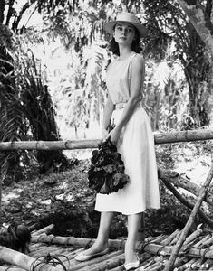 Audrey Hepburn photographed in the Congo while on location for the film The Nun's Story, Photo by Leo Fuchs. Estilo Gamine, Audrey Hepburn Mode, Audrey Hepburn Funny Face, Aubrey Hepburn, The Nun's Story, Divas, Moda Vintage, Marlene Dietrich, Brigitte Bardot