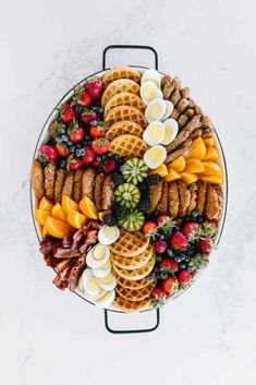 kid-friendly breakfast platter Want your kiddos to get excited for breakfast? This gluten free kid-friendly breakfast platter is packed full of our favorite breakfast . Amazing Food Platters, Party Food Platters, Breakfast Platter, Breakfast Appetizers, Breakfast Kids, Breakfast Fruit, Wedding Breakfast, Christmas Breakfast, Breakfast Casserole