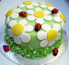 Spring cake decoration: discover our mesmerizing proposals! Spring Cake, Summer Cakes, Spring Summer, Ladybird Cake, Ladybug Cakes, Daisy Cakes, Pink Cakes, Decoration Patisserie, Novelty Cakes