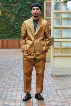 BLOOM&BRANCH Q.売れてる理由は? A.キレイめワーク調で 気負わず着られるから。 フックで留めるショールカラージャケットと、ワンタックのテーパードパンツのセットアップ。大きめポケットと、スフィンクス