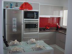 Cozinha com detalhes vermelhos
