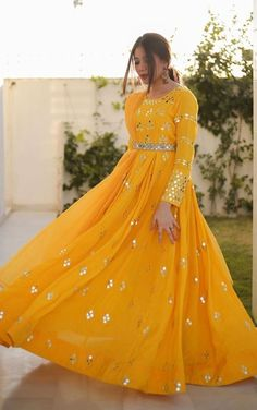 Pakistani Fashion Party Wear, Pakistani Wedding Outfits, Pakistani Dresses Casual, Indian Fashion Dresses, Indian Gowns Dresses, Dress Indian Style, Pakistani Dress Design, Indian Designer Outfits, Casual Gowns