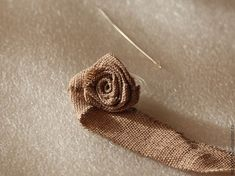 How easy and quick to sew a rose from a fabric or satin ribbon. Fabric Flower Tutorial, Rose Tutorial, Jute Flowers, Diy Flowers, Flower Pots, Burlap Rosettes, Burlap Projects, Fabric Roses, Flower Crafts