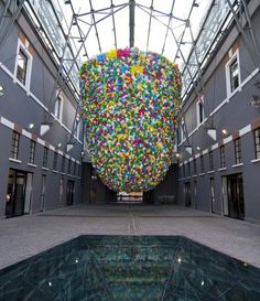 The Cameroonian artist Pascale Marthine Tayou likes to use everyday objects to create amazing works. His latest creation on display at the Museum of Contemporary Art of Rome, called Plastic Bags and proposes a structure 10 meters high composed of thousands of bags to symbolize consumerism of our society.