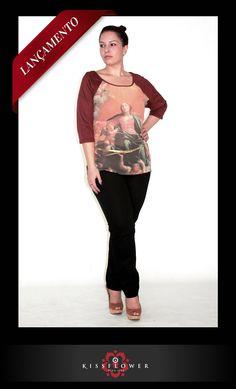 Para o inverno 2013, a Kiss Flower traz uma blusa com estampa gráfica, mangas ¾ e decote redondo. A peça é uma boa opção para looks casuais e despretensiosos.