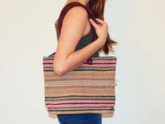 """Lena trägt hier die Handtasche """"Bolso Clasico"""" mit Reißverschluss und kleinem Innenfach/Handyfach. Der Henkel der Tasche ist für den perfekten Tragecomfort über die Schulter konzipiert. Eine tolle Tasche, für den Strand oder einen Einkauf auf dem Markt."""