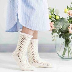 Magic Cast On -tekniikassa sukat neulotaan kärjestä alkaen pyöröpuikoilla. Kauniit pitsineulesukat viimeistellään irtopitsillä.