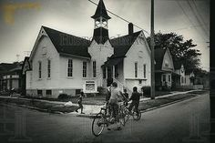 1988-Press-Photo-Children-played-in-front-of-Friendship-Baptist-Church-Kenosha